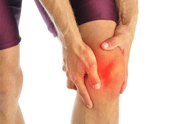Viêm khớp gối khiến các đầu xương bị sưng viêm, sờ vào ấm nóng